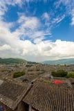 Alte Stadttraditionelle mit Ziegeln gedeckte Dachspitzen-Ansicht Lijiang Stockfotos