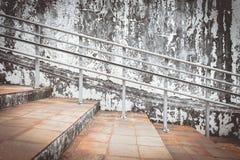 Alte Stahlgeländerdocken und alte Zementwand Lizenzfreie Stockfotos