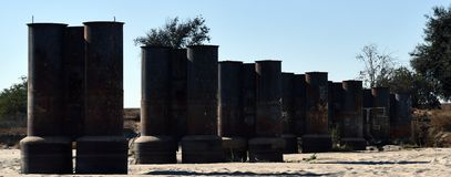 Alte Stapel des alten ruinierten Piers stockfotografie