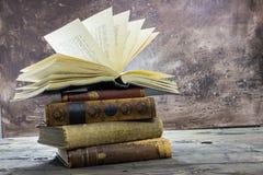Alte Staplungsbücher mit offenem rustikalem Spitzenvolumen Lizenzfreie Stockfotos