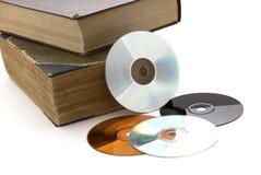 Alte starke Bücher und CD auf einem weißen Hintergrund Stockfotografie