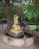 Alte Statue in einem verlassenen Garten thailand Lizenzfreies Stockbild