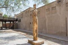Alte Statue im sonnigen arabischen entworfenen Yard Stockbilder