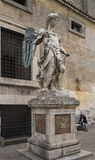 Alte Statue von Michael der Erzengel im Yard des Schloss-Heiligen Ange Lizenzfreie Stockfotografie