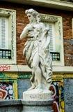 Alte Statue zerstört von den Graffitikünstlern lizenzfreies stockfoto