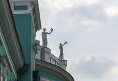 Alte Statuen auf dem Dach eines alten grünen Hauses Stockfotos