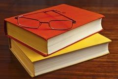 Alte staubige Bücher und Gläser Stockfoto