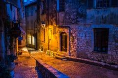 Alte steets des Heiligen Paul de Vence in der Nacht stockfotografie