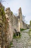 Alte Stein-Straße in der Italiener ummauerten Stadt von Soave mit Steinbank Stockbilder