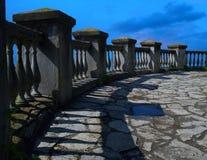 Alte Steinbalustrade, ein Zaun auf Hintergrund eines hellen blauen Himmels Stockfoto