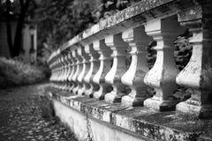 Alte Steinbalustrade im Park Lizenzfreie Stockfotografie