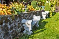 Alte Steinbank in einem Garten Lizenzfreies Stockbild