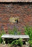 Alte Steinbank im Garten Lizenzfreie Stockfotografie