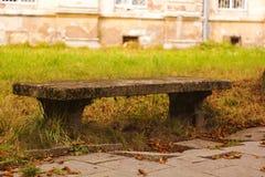 Alte Steinbank im Herbstpark Lizenzfreies Stockfoto