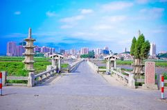 alte Steinbrücke, alte Steinbrücke, blauer Himmel, die älteste Brücke der Welt, Brücke stockfotografie