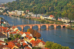 Alte Steinbrücke in Heidelberg über Neckar-Fluss Stockfoto