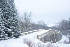 Alte Steinbrücke im Winter Stockfotografie