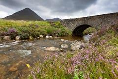 Alte Steinbrücke, Insel von Skye, Schottland stockbild