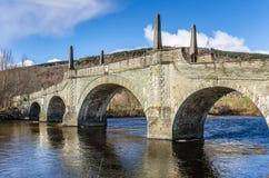 Alte Steinbrücke und blauer Himmel Stockfoto