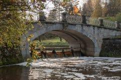 Alte Steinbrücke und Flussbank Autumn Landscape Stockfotos