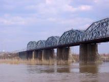 Alte Steineisenbahnbrücke Komsomolsky über dem Ob in Nowosibirsk im Herbst lizenzfreie stockfotos