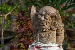 Alte Steingottheit im tropischen Wald von Bali Lizenzfreie Stockfotos