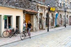 Alte Steinhäuser auf ` Straße Rruga G juhadol in der Mitte von Shkoder, Albanien Lizenzfreie Stockfotos