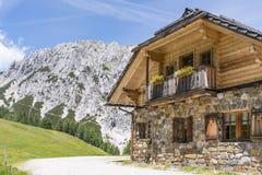 Alte Steinhütte mit Berg Gartnerkofel in den Karnische Alpen stockfotografie