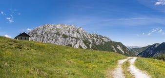 Alte Steinhütte mit Berg Gartnerkofel in den Karnische Alpen stockfoto