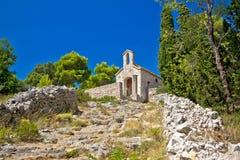 Alte Steinkapelle auf Hügel von Hvar Stockfotos