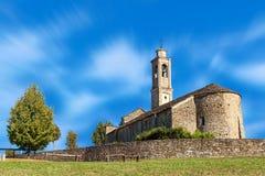 Alte Steinkirche unter blauem Himmel Stockfoto