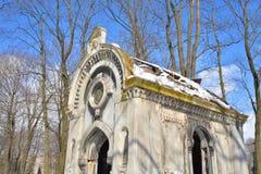 Alte Steinkrypta im Kirchhof Stockfotos