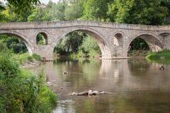 Alte Steinmittelalterbrücke in Bulgarien Alte römische Brücke über einem Fluss Stockbild