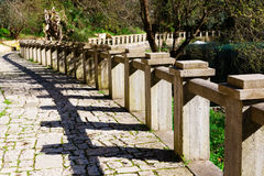 Alte Steinpromenade mit Steingeländer Stockbild