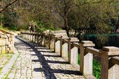Alte Steinpromenade mit Steingeländer Stockbilder