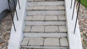 Alte Steinschritte mit Geländern und Pflastersteinen Lizenzfreies Stockbild