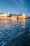 Alte Steinstadt durch das Meer lizenzfreies stockfoto