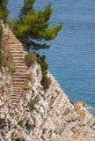 Alte Steintreppe geht unten auf den Felsen Lizenzfreie Stockfotos