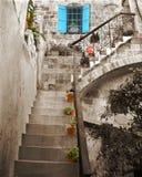 Alte Steintreppen und Gebäude. Stockfoto