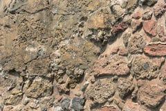 Alte Steinwand Maurerarbeit von alten schmutzigen Steinen und von Ziegelsteinen Schöner Hintergrund Stockbilder