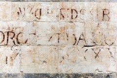 Alte Steinwand mit alter Beschriftung in Florenz, Italien Stockfoto