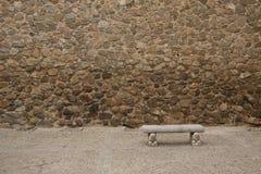 Alte Steinwand mit Bank Lizenzfreie Stockfotos