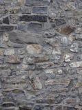 Alte Steinwand mit den grauen, weißen und braunen Farben stockbild