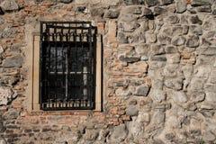 Alte Steinwand mit Fenster Stockbild
