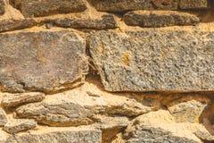 Alte Steinwand mit trockenem torchi, das zerbröckelt Stockbilder