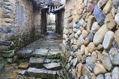 Alte Steinwohnung im Regen Stockbild