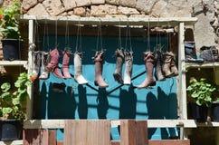 Alte Stiefel auf einem Rahmen Stockfoto