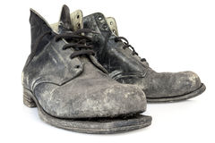 Alte Stiefel lokalisiert auf Weiß Stockfotos