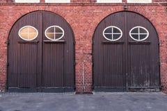 Alte stilvolle Tür im Gebäude der Feuerwehr. Stockfotografie