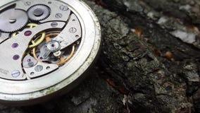 Alte Stoppuhr auf einem stilvollen hölzernen Hintergrund, Uhr-Mechanismus stock footage